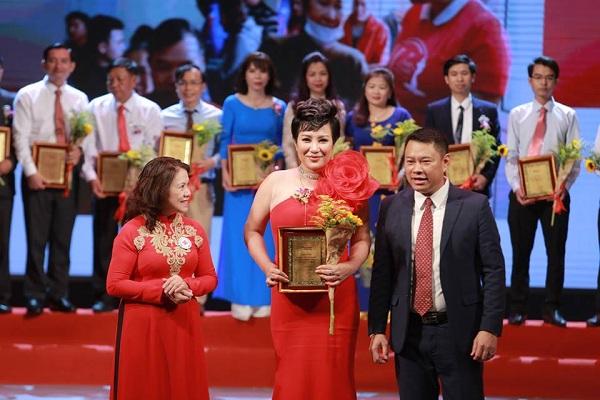 Doanh nhân - Ca sỹ Nguyễn Thu Trang nhận Bảng Vàng Vinh danh Doanh nhân nhân ái năm 2018